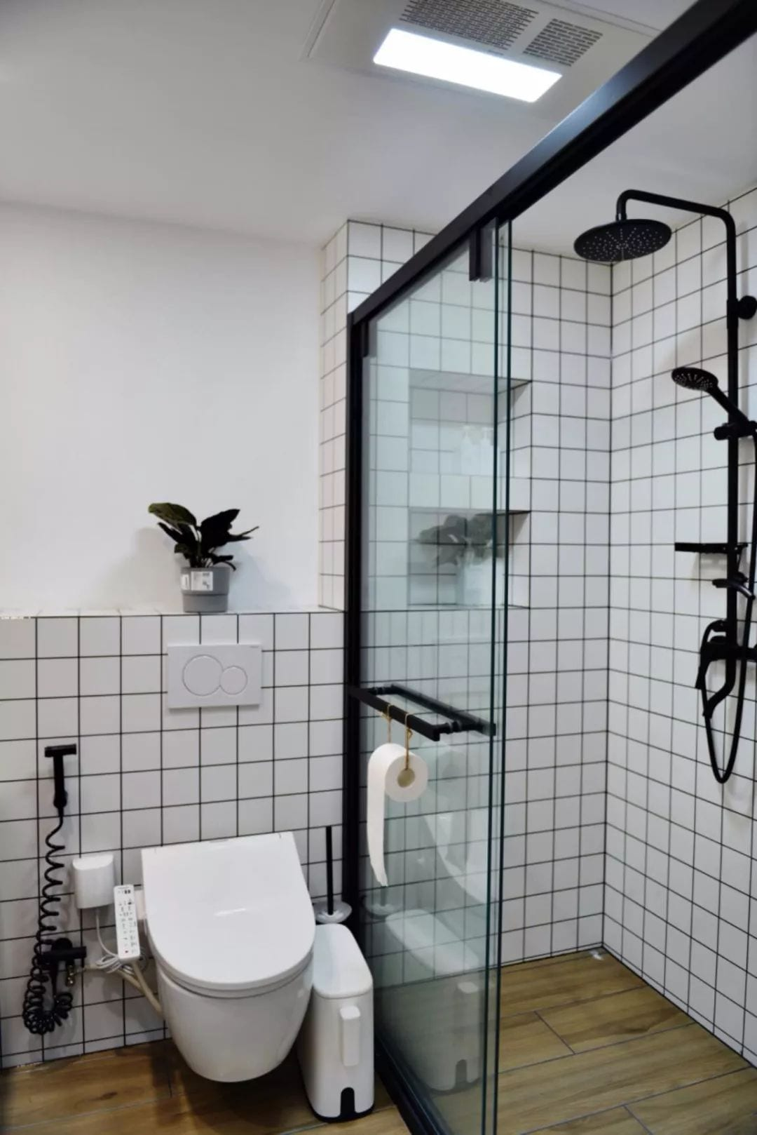 The sudden water flow after the shower is turned off is not a quality problem.